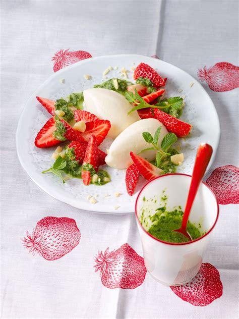 kochen mit obst buttermilchmousse mit erdbeeren und nusspesto rezept