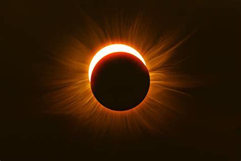 les cornes du diable quand une eclipse solaire rouge affole internet