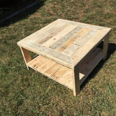 Your friends are visiting and you're all enjoying a good conversation and cups of coffee, all hot and freshly pressed. Pallet Wood Square Coffee Table | Pallet Furniture DIY