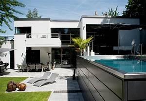 hochgelegter pool zu einem haus im bauhaus stil eine With garten planen mit sonnenschirm balkon bauhaus
