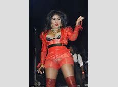 Lil' Kim makes a BIG fashion faux pas as the performs