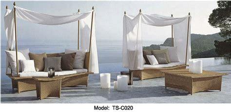 coussin blanc patio exterieur salon canape meubles lit