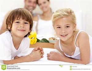 Kinder Mädchen Bett : portrait der kinder im bett mit ihren muttergesellschaftn stockfoto bild von trennvorhang ~ Whattoseeinmadrid.com Haus und Dekorationen