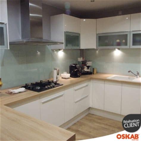 grande cuisine moderne ouverte en  blanche  bois oskab