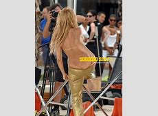 Shakira ; très élègante, nous montre la raie de ses