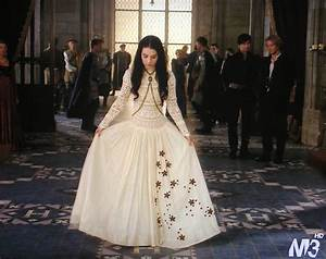 Adelaide kane as mary queen of scots reign reign for Reign mary wedding dress