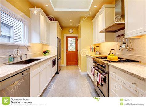 cuisine blanche et jaune cuisine moderne étroite jaune et blanche image stock