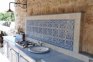 cucina in muratura con piastrelle in terracotta e top in