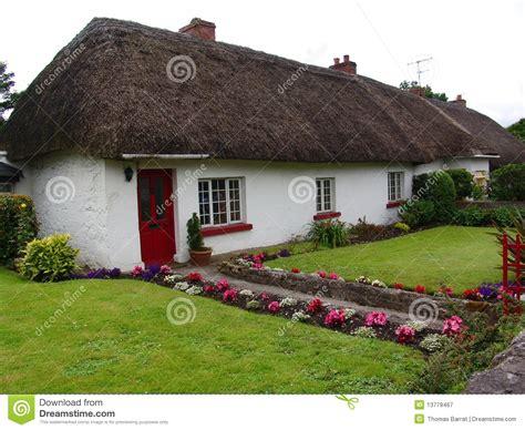 cottage in irlanda cottage tipico tetto thatched in irlanda fotografia