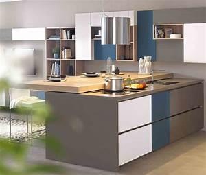 cuisine moderne ilot central blanc gris et bleue ambiance With mobalpa cuisine plan de travail