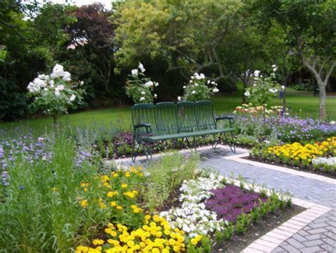 desain taman penuh bunga cantik  asri depan rumah