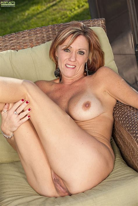 Redhead Mommy Felicity Rose Naked At The Backyard Milf Fox
