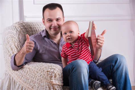 Poltrona Sospesa Bambino : Figlio Del Bambino E Del Padre Che Gioca Con Il Telefono