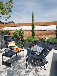 Lamenagement de la terrasse sur le toit se fait cosy for Salon de jardin en beton cire 15 22 tapis maisons du monde pour une deco cosy deco cool