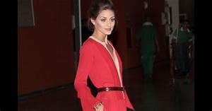la jeune femme fait une apparition ultra glamour en robe With robe rouge orangée