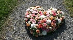 Herz Mit Blumen : gesteck blumen garten ~ Frokenaadalensverden.com Haus und Dekorationen