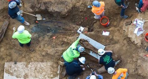 Construction Lot construction workers find colonial era burial ground