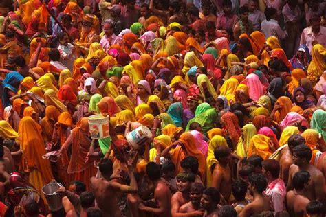 het kleurrijke holifeest  india backpacken  azie