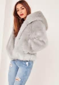 bien mariage manteau en fausse fourrure grise à capuche caroline receveur missguided