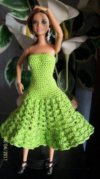 Vestido de boneca feito u00e1 mu00e3o em crochu00ea com linha de seda na cor verde pistache . Para Barbie ...