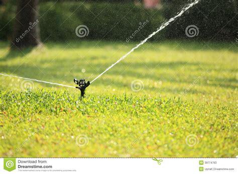 pelouse de arrosage automatique image stock image du jardinier automobile 39774763