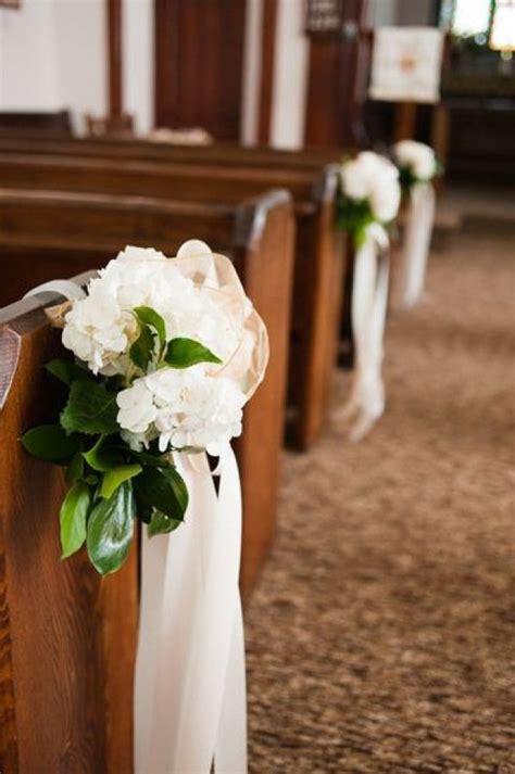 flowers on pews #weddingflowers #wedding #flowers #church