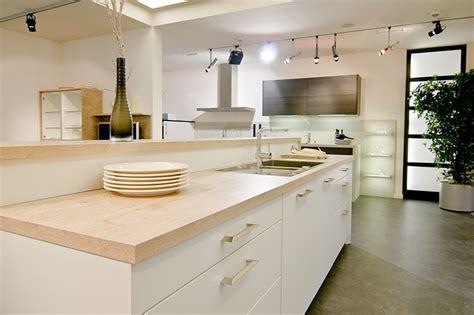 cuisine contemporaine blanche mat plan de travail bois