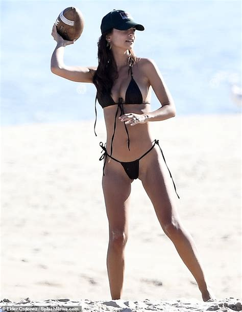 Emily Ratajkowski shows off her svelte beach body in a ...