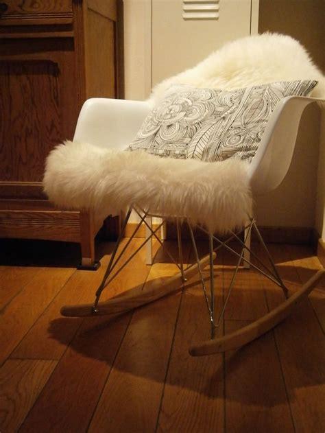 chaise fourrure chaise à bascule eames peau de mouton ludde ikea coussin ikea myikeabedroom participe