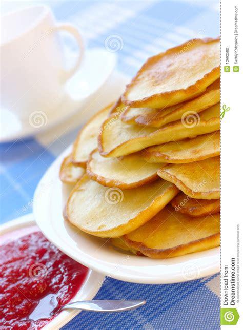 cuisine russe traditionnelle petites crêpes cuisine russe traditionnelle photographie stock image 12662582