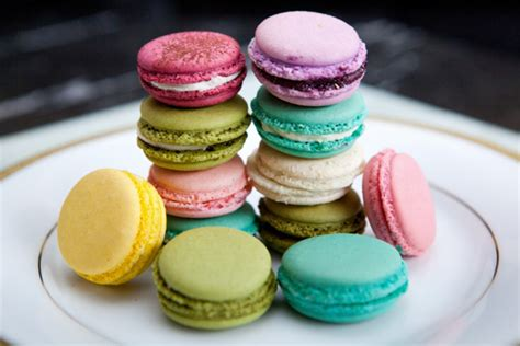 dessert avec des macarons wedding macarons guide flavors usages and presentations the magazine