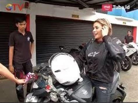 Nikita Mirzani Tunggangi Moge Agusta Girls Squad