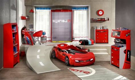 decoration cars pour chambre le lit voiture pour la chambre de votre enfant archzine fr