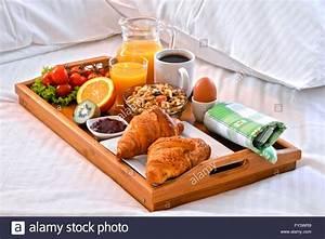 Petit Dejeuner Au Lit : plateau de petit d jeuner au lit dans la chambre d 39 h tel banque d 39 images photo stock 102733661 ~ Melissatoandfro.com Idées de Décoration