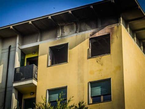 caf si鑒e social si sveglia tra le fiamme lo salva il figlio casa inagibile corriere it