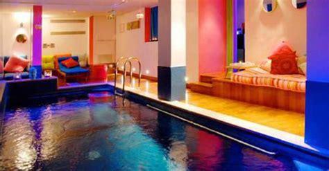 piscine dans la chambre hôtels à avec piscine