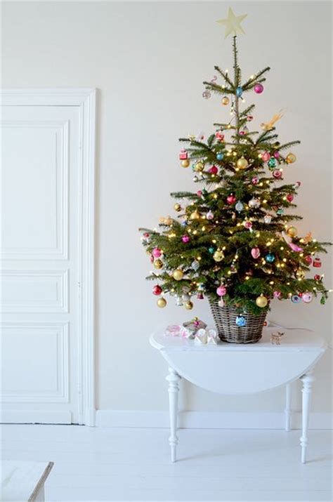 simple christmas decorations simple christmas decorating ideas the honeycomb home