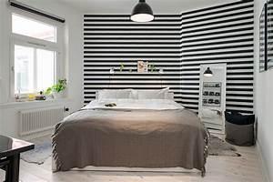 Papier Peint Rayé Noir Et Blanc : une chambre avec un papier peint noir et blanc rayures ~ Dailycaller-alerts.com Idées de Décoration