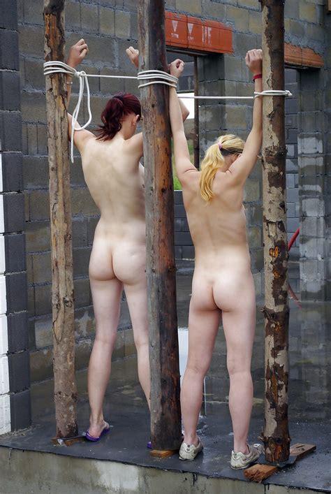 誰もいないような場所に全裸の女性が縛り付けられてる画像。これは怖い ポッカキット