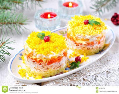 cuisine traditionnelle russe mimosa russe traditionnelle de salade avec des saumons