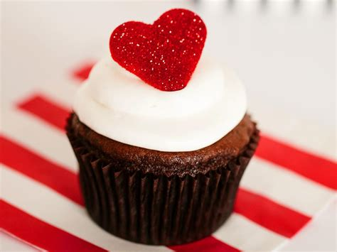 valentinesday cupcakes step by step tutorial valentine s day cupcakes with fondant glitter hearts how tos diy