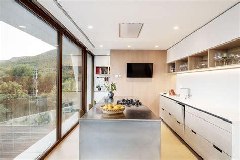 Štíhlou kuchyni a obývák prohlubuje optické spojení s ...