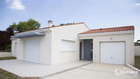 maison neuve qui mixe toiture traditionnelle et toiture terrasse