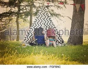 Ein Oder Zwei Kinder : kinder lesen ein buch im sommergarten kinder lernen jungen und m dchen spielen im schulhof ~ Frokenaadalensverden.com Haus und Dekorationen
