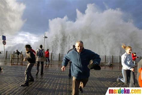 foto ombak besar hantam pejalan kaki merdeka com