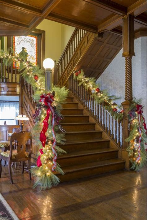 christmas garland staircase decorate stair decorations decorating stairs holiday banister decoration ways getty noel escalier xmas pine decoration basement lights