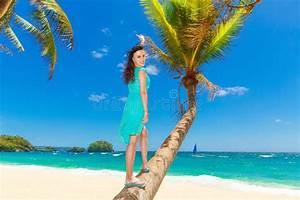 Schönes 10 Jähriges Mädchen : junges sch nes asiatisches m dchen mit kokosnuss auf der palme auf einem tropischen strand ~ Yasmunasinghe.com Haus und Dekorationen