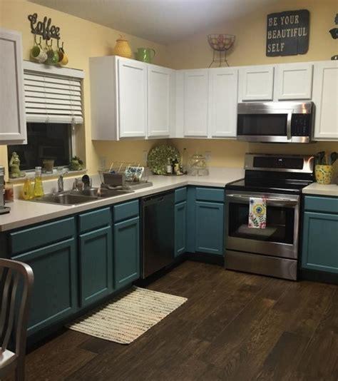 photo les portes des placards de cuisine de couleur