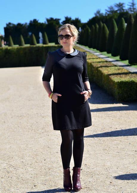 kleid mit stiefeletten mit schwarzem kleid