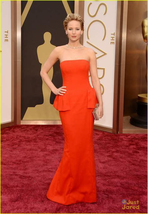Jennifer Lawrence Slips On Oscars 2014 Red Carpet Photo